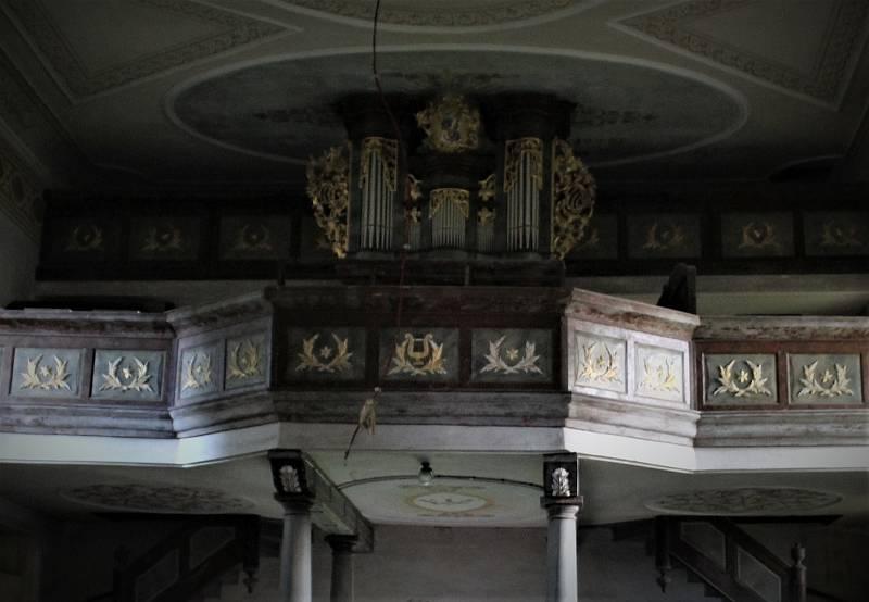 Varhany v zámeckém kostele v Rokytnici v Orlických horách.