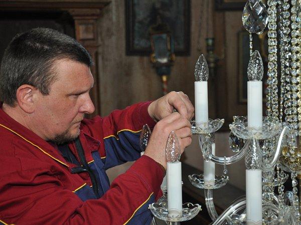 KŘIŠŤÁLOVÝ LUSTR za šedesát tisíc korun  poprvé lidé uvidí na pondělní mši, na které de kostel zároveň iznovu vysvěcen