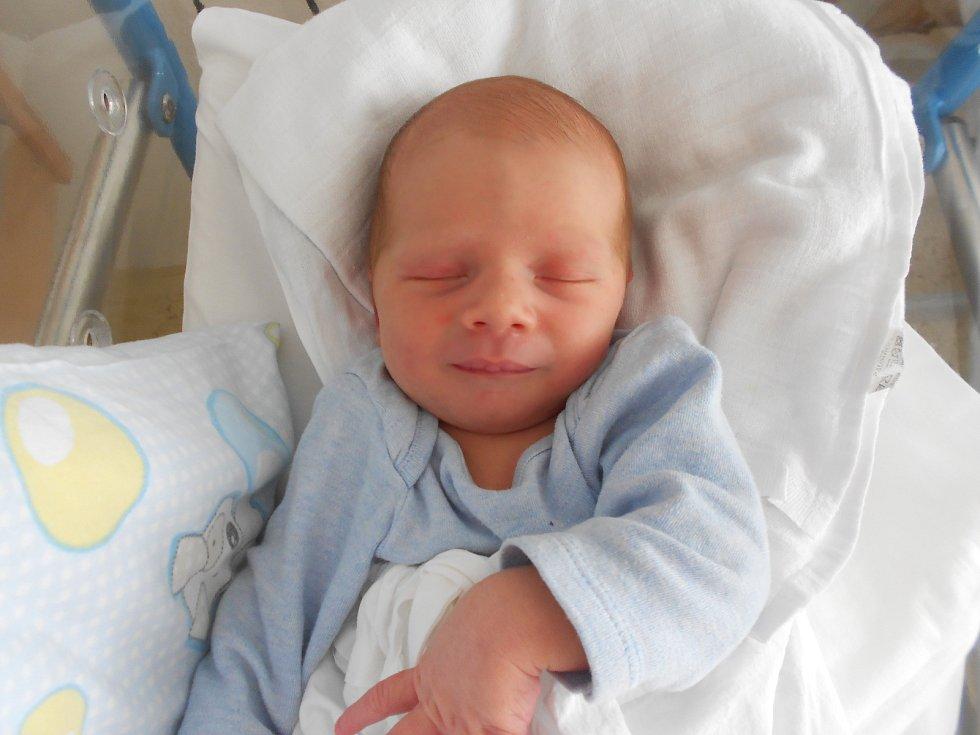 FILIP poprvé spatřil světlo světa 12. července v 15.06 hodin. Měřil 50 cm a vážil 2960 g. Obrovskou radost udělal svým rodičům Tereze a Alešovi ze Zámělu. Doma se těší bráška Samík. Tatínek to u porodu zvládl skvěle.