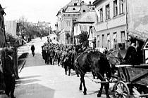 Na historickém snímku jsou zachycena německá vojska na křižovatce pod současným Hotelem Labuť opouštějící Rychnov nad Kněžnou.