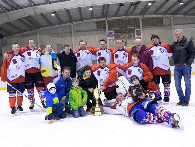 Vítězný tým HC Rychnov prošel celým letošním ročníkem Rychnovské hokejové ligy suverénním způsobem a zaslouženě se po finálové sérii se radoval z celkového prvenství.