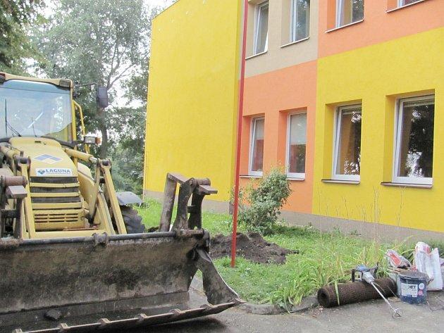 Školka v Borohrádku se mění, dělníci mají plné ruce práce.