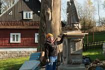 Restaurátorka Jana Doležalová změnile k nepoznání sochu Panny Marie v Bartošovicích. problémem tu byl hlavně veliký úbytek hmoty.