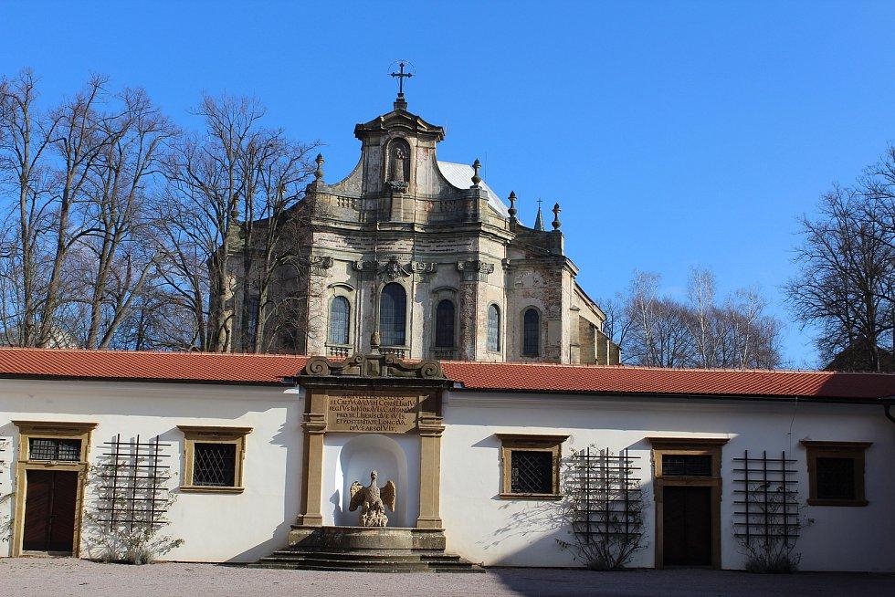 V pozadí rychnovský zámecký kostel.