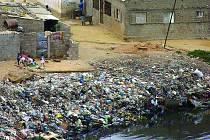 Brodit se africkými odpadky pomyslně můžete v kostelecké Městské knihovně až do konce října.