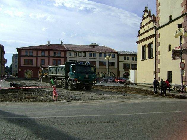 Na dobrušském náměstí  se pracuje ostošest. Výměna asfaltového povrchu za dlážděný se tož musí stihnout do tradiční pouti, která odstartuje už třiadvacátého května.
