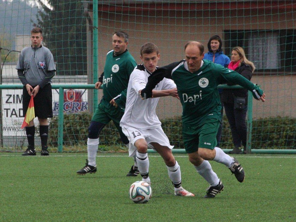 DESET BRANEK padlo v rychnovském derby. Z výhry 7:3 se radovali fotbalisté B-týmu Spartaku (bílé dresy).