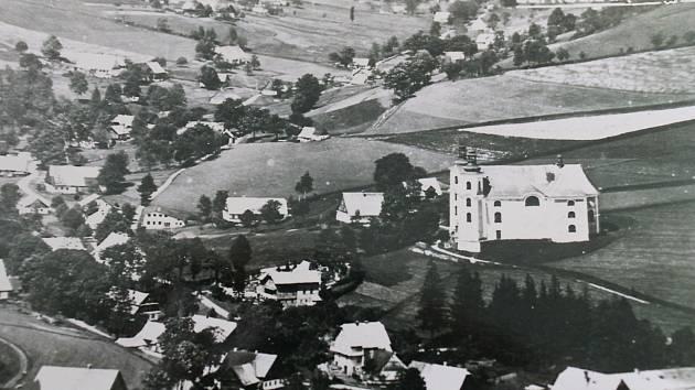 Neratovským kostelem zněl smích, na dlouhou dobu naposledy. Byl květen 1945