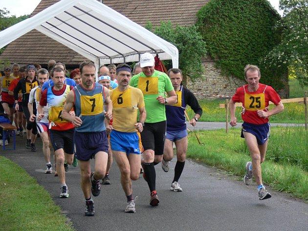 NA START prvního ročníku Mělčanského krosu, započítávaného do Velké ceny východních Čech v bězích,  se postavilo celkem čtyřiatřicet závodníků. Nejrychleji desetikilometrovou trať, která vedla lesem Chlum, zvládli Petr Ulich a Blanka Paulů.