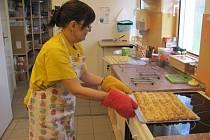 Tréninková pekárna sdružení Pferda funguje dva roky. Hendikepovaní v ní z těsta vykouzlí laskominy