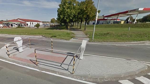 KŘIŽOVATKA U BENZINOVÉ PUMPY v Dobrušce už má své přechodové místo. I v Křovicích se dočkají.