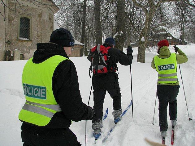 Rychnovští policisté kontrolují na běžkách nepřístupné rekreační objekty.