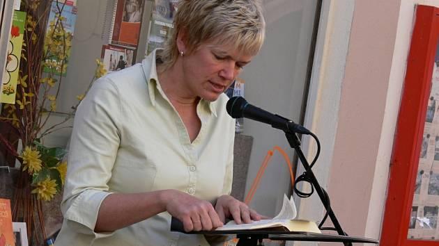 Občané předčítají z nového překladu bible 21. století před rychnovským Knihkupectvím Naděje na Panské ulici.