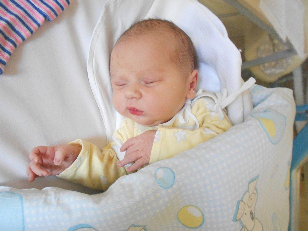 Jakub Komůrka se narodil 17. 2. 2021 v 19:07 hodin. Měřil 51 cm a vážil 3 740 g. Rodiče Zuzana a Václav Komůrkovi pocházejí z Dobrušky. Na Jakuba doma čekala i sestřička Nikola. Tatínek byl u porodu velkou oporou.