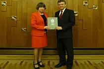 Téměř třiceti obcím udělil v úterý 23. února předseda Poslanecké sněmovny Parlamentu ČR Jan Hamáček oficiální symboly, tedy znak a vlajku.