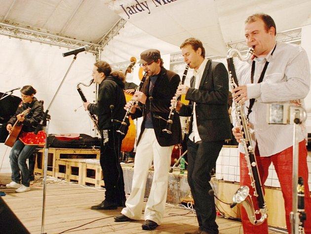 Plné hlediště a na jevišti neuvěřitelná show. Týnišťský swingový festival přiláká každoročně davy návštěvníků různých generací.