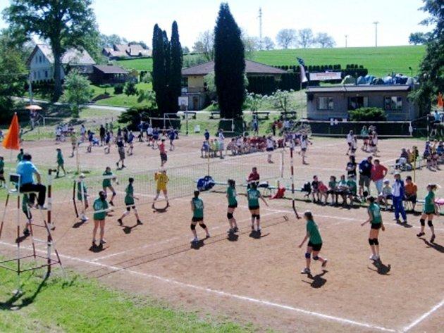 Rekordní počet dívčích volejbalových týmů se zúčastnil jubilejního dvacátého ročníku turnaje v Lupenici.