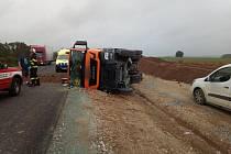 Nákladní auto skončilo na boku, náklad se vysypal.