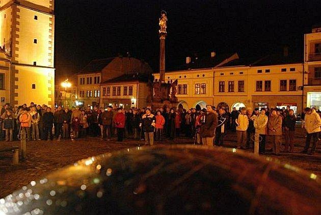 Vzpomínkové setkání na listopad '89 na dobrušském náměstí, které organizátoři využili k podpisové akci petice za odvolání místního starosty.