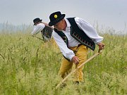 Účastníci Orlického sekáče často soutěží v dobovém oblečení.