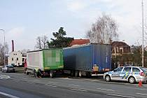Kuriózní dopravní nehoda v Týništi nad Orlicí. Utržené kolo od náklaďáku nadělalo paseku.