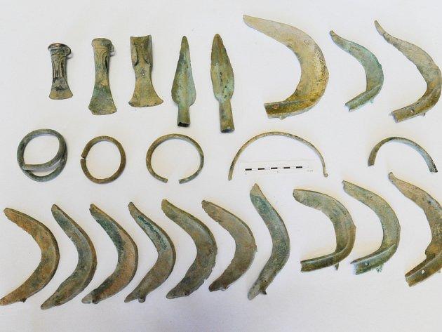 Unikátní archeologický nález bronzových nástrojů, zbraní a ozdob z března tohoto roku můžete spatřit Na výstavách Cesta do pravěku a Ve znamení tří deklarací v Kostelci nad Orlicí.