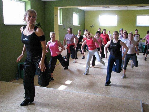I. vicemiss aerobic 2002 Monika Sezimová přilákala na sobotní benefiční akci desítky zájemkyň.