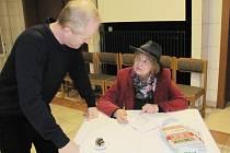 Ludmila Lojdová nadšeně rozdávala podpisy do své nové knihy. Nepozastavila se ani nad netradičním věnováním.