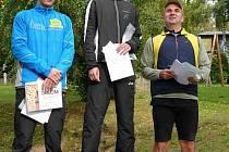 Na stupních vítězů  trojice nejlepších mužů v kategorii do 34 let. Zleva stříbrný Petr Nechvíl z Chocně, vítězný Kamil Krunka a Marek Bajer hájící barvy Kafé Bajer.