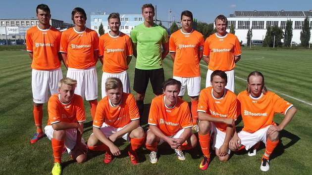 POZICI NEJLEPŠÍHO fotbalového týmu našeho okresu budou hájit hráči FK Kostelec nad Orlicí, kteří vstoupí do nové sezony krajského přeboru zápasem na hřišti nováčka z Libčan.