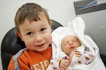 ONDŘEJ SKALICKÝ: Denisa Jelínková a Jakub Skalický z Kostelce nad Orlicí přivedli na svět syna Ondřeje. Ten se narodil 7. 11. v 1.02 hodin (2,56 kg a 46 cm). Na snímku drží miminko bráška Daniel.