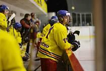 OPOČENŠTÍ BARONI v sousedském duelu na novoměstském ledě zvítězili nad lídrem krajské hokejové soutěže.