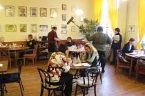 Natáčení České televize v kavárně Láry Fáry