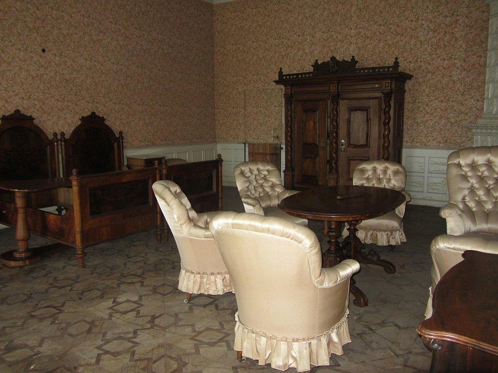 Z druhého patra opočenského zámku. Hostinský apartmán, ložnice.