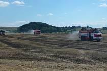 Požár posekaného pole u Borovnice.
