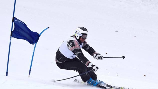 V PLNÉ RYCHLOSTI. Na start obřího slalomu Sudetského poháru na závodní sjezdovce v Deštném       v Orlických horách se postavilo celkem devětatřicet sjezdařů.