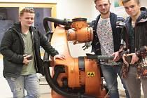 Studenty Podorlického vzdělávacího centra učí roboti z automobilky.