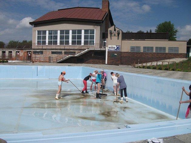 ČIŠTĚNÍM VANY 50-metrového venkovního bazénu zahájili pracovníci Krytého bazénu v Dobrušce přípravu na nadcházející sezonu.