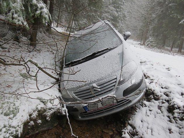 Nabourané auto nechal mladík v příkopu a vydal se pěšky do Rokytnice.