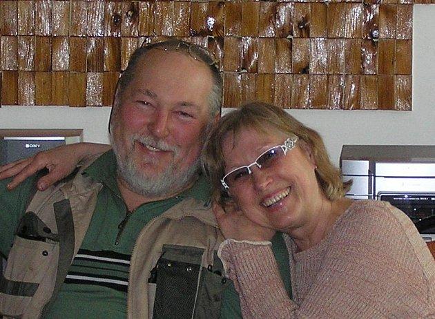 LES JE PRO NĚJ VŠÍM. Mariána Slodičáka (na snímku druhý zleva)  lesařina přímo uchvátila. Přestože se narodil na Slovensku už více než padesát let žije v Čechách a příroda Orlických hor je mu blízká.