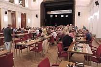 SOUBOJE NA ŠACHOVNICÍCH. V následujících dnech budou senioři bojovat v rychnovském Pelclově divadle o tituly mistrů České republiky v šachu.