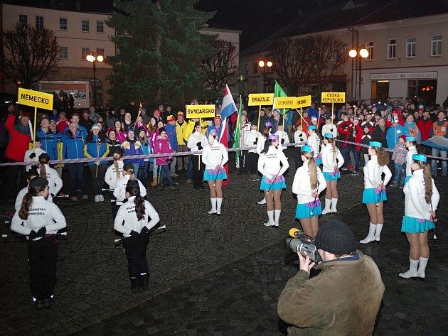 Na dobrušském náměstí se ve čtvrtek v podvečer představili reprezentanti z osmi států – Rakouska, Švýcarska, Německa, Lucemburska, Velké Británie, Irska,  Brazílie a Česka.