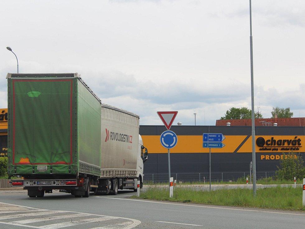 Kruhový objezd v Česticích těsně před uzavřením.