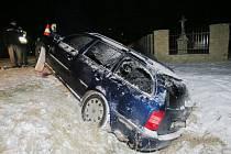 Řidič couval, ale manévr nezvládl, musel být převezen do nemocnice.
