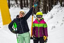 V horských střediscích se rozjíždí lyžařská sezona.