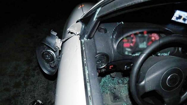 Řidič jedoucí od Bílého Újezdu směrem na Dobrušku s největší pravděpodobností nestačil zareagovat na chodce, který šel v protisměru středem vozovky.