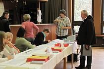 Volební komise ve Společenském centru v Rychnově nad Kněžnou.