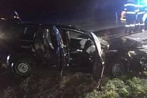 Hasiči vyprošťovali z vozu zraněnou osobu.