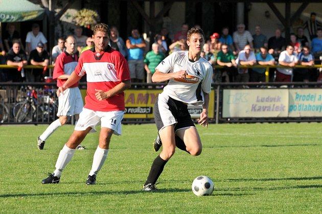 NEJLEPŠÍM STŘELCEM rychnovských fotbalistů je Roman Zajíček (na snímku vpravo uniká Petru Liškovi z České Skalice), jenž se stejně jako Martin Valášek trefil na podzim pětkrát.