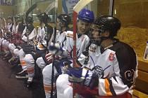 STŘÍDAČKA. Hráči HC Lev Kostelec ve čtvrtečním utkání Rychnovské hokejové ligy těsně podlehli lídrovi soutěže z Bílého Újezdu, ovšem dobrá nálada jim nechyběla.